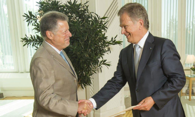 Ambassador Charles C. Adams Jr. presented his credentials to President Sauli Niinistö on August 4, 2015. (© Office of the President of the Republic of Finland)