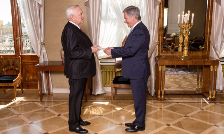 Ambassador Pence presents his credentials to President Sauli Niinistö (Photo: Juhani Kandell/Office of the President of the Republic of Finland)
